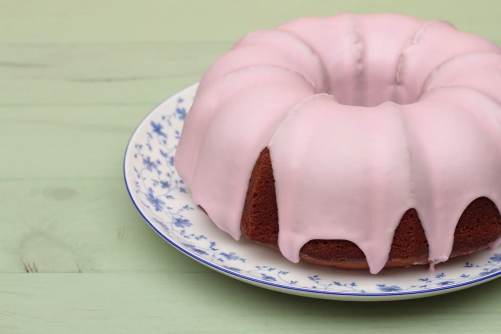 Un bundt con un llamativo glaseado para una tarta de cumpleaños