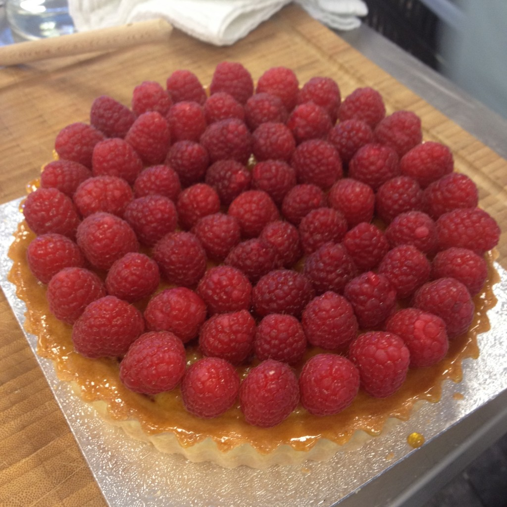 Mi preciosa tarta de frangipane con frambuesas a falta del glaseado