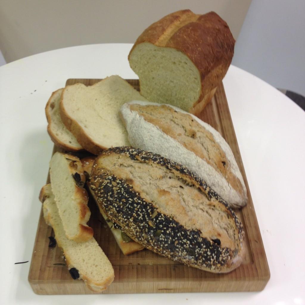 La selección de panes,  pan de centeno de nueces, pan de centeno de pasas , focaccia y pan de molde blanco.