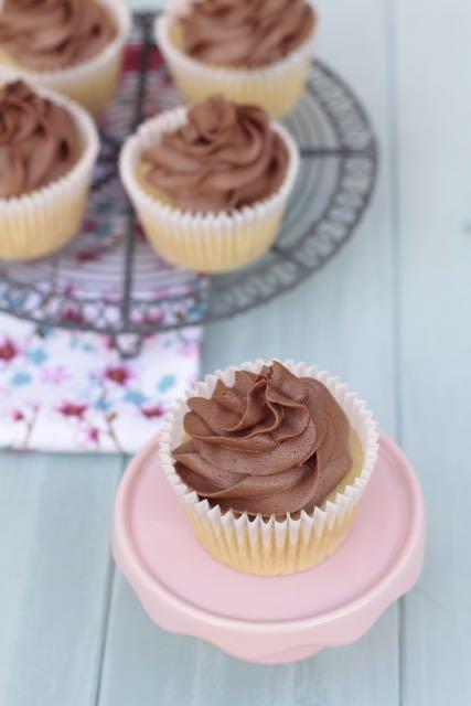 Cupcakes clásicos y deliciosos Vainilla con chocolate.